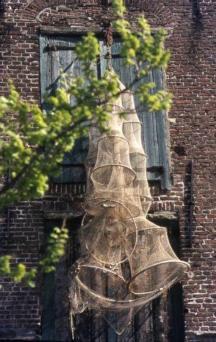 Netten hangen te drogen in de Nieuwe Haven in Zierikzee, jaren zestig. (Beeldbank Gemeentearchief Schouwen-Duiveland)