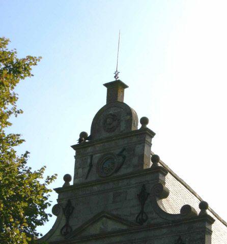 De 'degen van Mondragón' op de linker stadsgevel van de Noordhavenpoort. (Beeldbank Gemeentearchief Schouwen-Duiveland, foto Aad Pattenier, 2014)