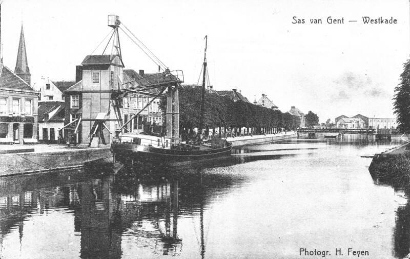 Westkade omstreeks 1915. De Witte Villa is op de achtergrond zichtbaar. De suikerloods is nog niet gebouwd. (ZB, Beeldbank Zeeland)