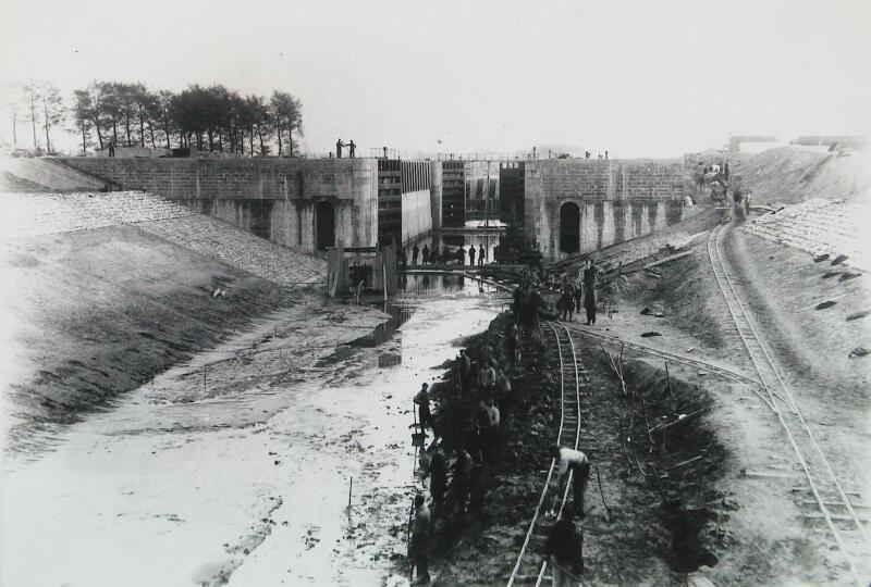 Werkzaamheden ter verbetering van de schutsluis in Sas van Gent, 1884. (ZB, Beeldbank Zeeland)