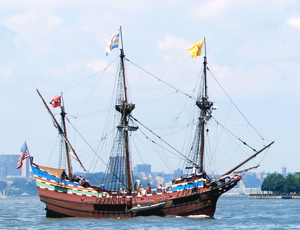 Replica uit 1989 van het schip De Halve Maen, waarmee Hudson naar Amerika voer. Het schip vaart hier ter hoogte van Manhattan.(foto Roy Googin)