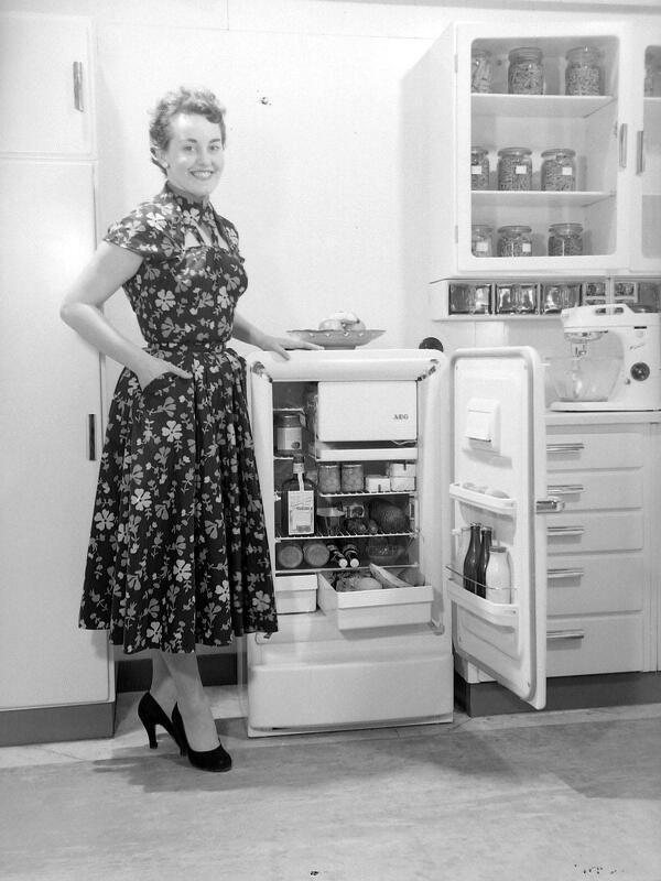 Geluk in de jaren vijftig: een koelkast met vriesvakje en een dame op pumps. (ZB, Beeldbank Zeeland, collectie PZEM, foto 1955)