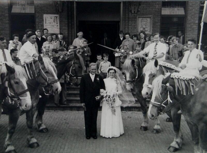 Bruidspaar in Oost-Souburg in 1956. Ringrijders vormen een erehaag. (ZB, Beeldbank Zeeland)