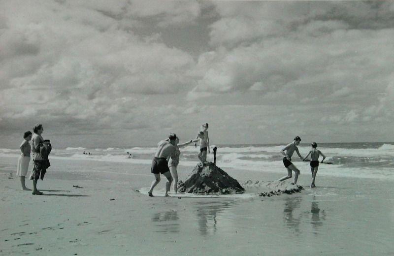 Vertier op het strand van Renesse, jaren zestig. (ZB, Beeldbank Zeeland)