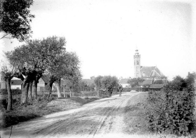 Weeldeweg in Burgh, vanaf de oostzijde, circa 1915. (Beeldbank Gemeentearchief Schouwen-Duiveland, foto P.J. Ochtman)