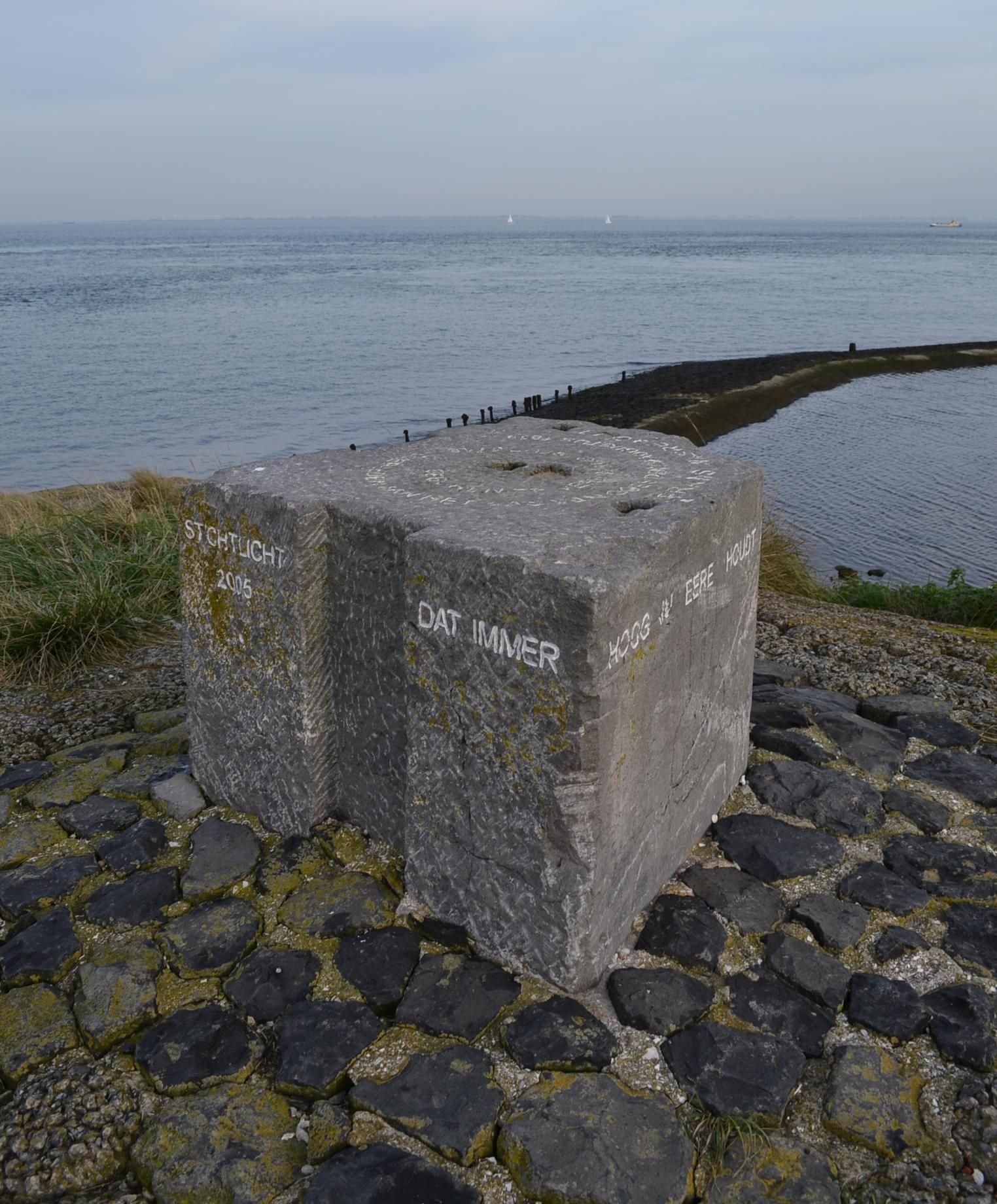 Gedenksteen van Naerebout aan het Goese Sas. (foto H.M.D. Dekker)