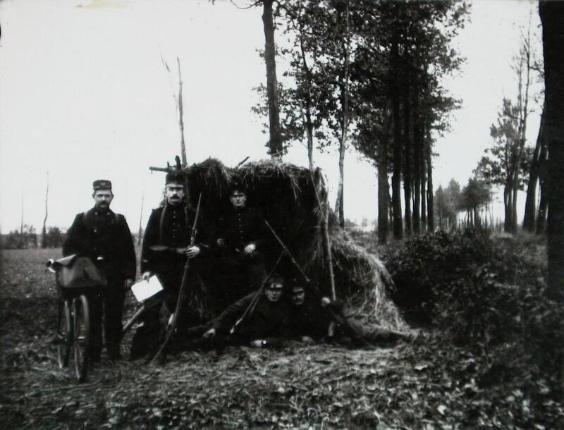 Aan de Belgische grens ten zuiden van Hulst tijdens de Eerste Wereldoorlog. De namen van de personen zijn onbekend. (ZB| Beeldbank Zeeland)