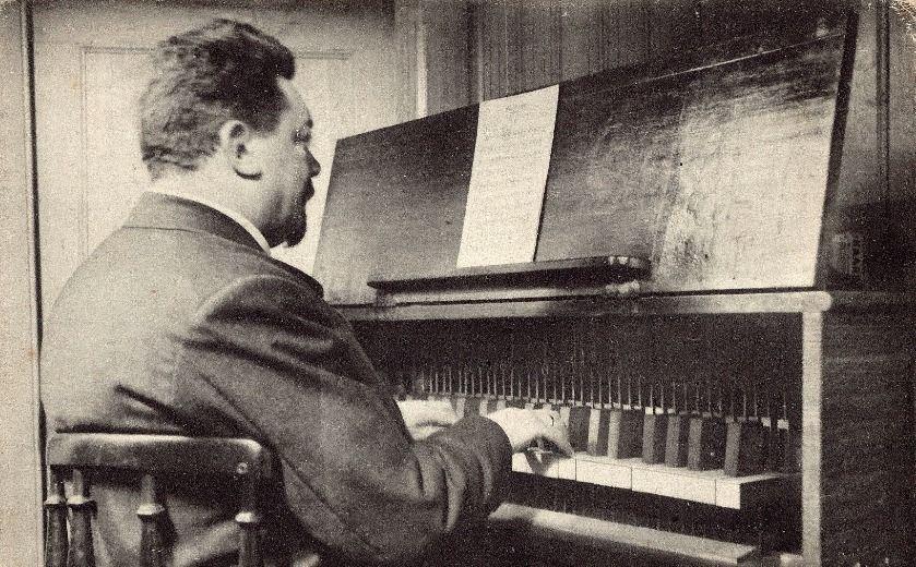 Jan Morks bespeelt het carillon in de Lange Jan. (Zeeuws Archief, Verzameling Beeld en Geluid)