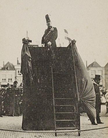 Morks op het podium vanwaar hij dirigeert tijdens het bezoek van koningin Wilhelmina en prins Hendrik in 1907. (Zeeuws Archief, Historisch-Topografische Atlas Middelburg)