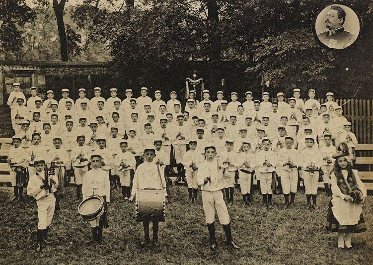 Muzikanten die op Koniginnedag 1910 Morks' Trompetinenmars ten gehore brengen. (Zeeuws Archief, Historisch-Topografische Atlas Middelburg)