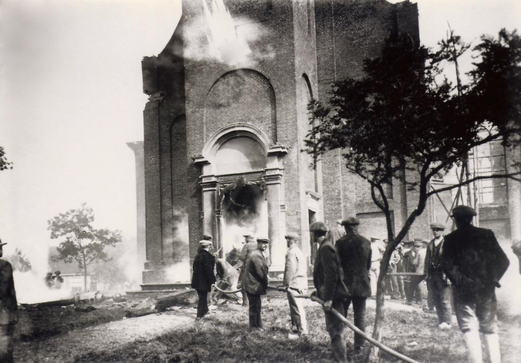 Het blussen van de kerk tijdens de brand in 1924. (foto door onbekende fotograaf)