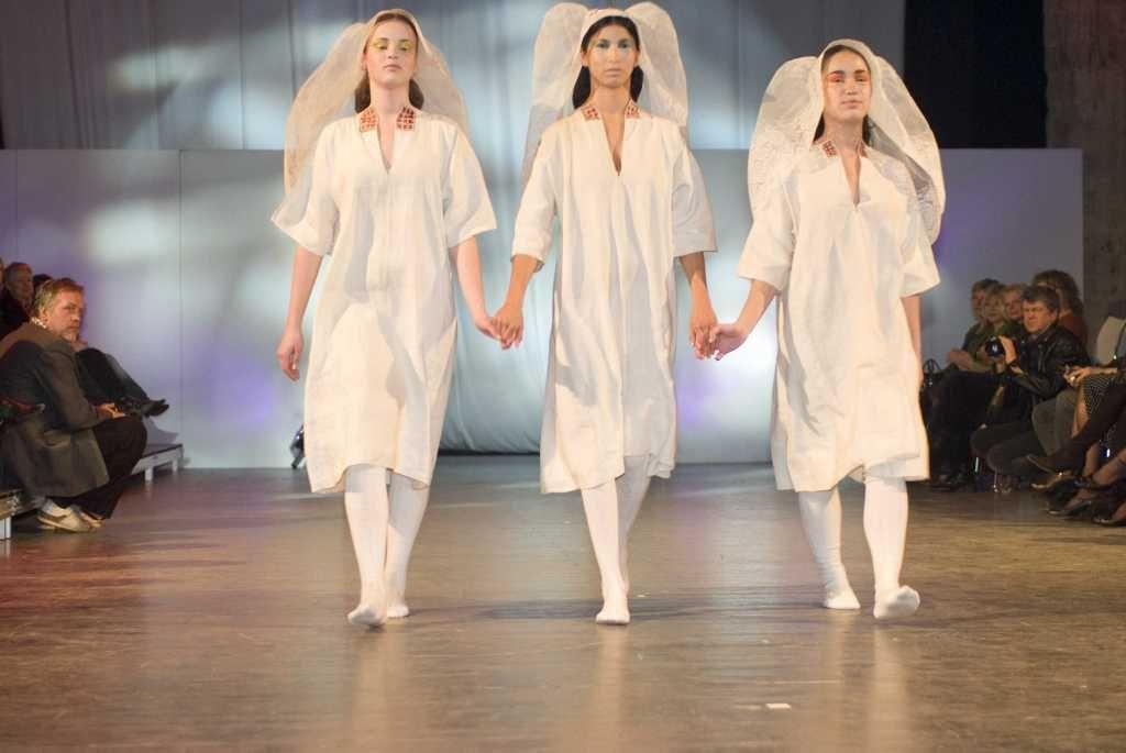 Inspiratie uit de Zeeuwse streekdrachten tijdens een modeshow van het Zeeuws Museum. (Zeeuws Museum, foto Anda van Riet)