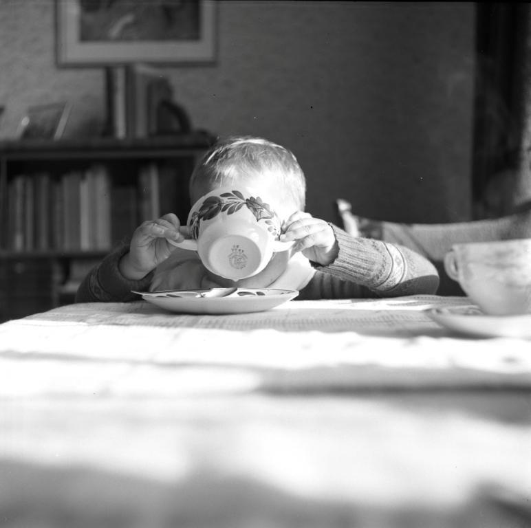 Kinderen werd geleerd om goed te eten en niet kieskeurig te zijn. (ZB, Beeldbank Zeeland, foto W. de Bruine)