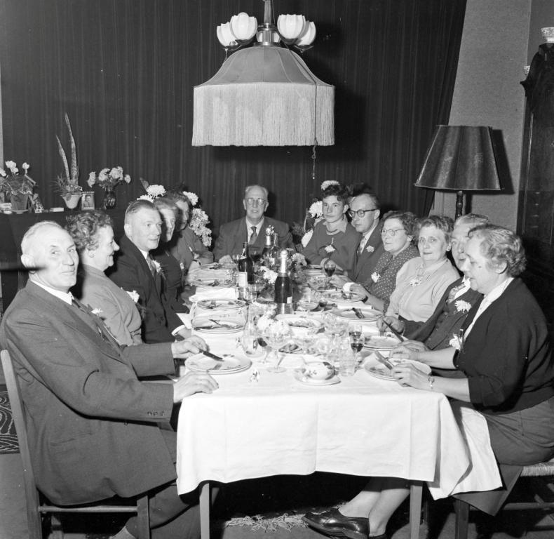 Diner in Aardenburg omstreeks 1955. (ZB, Beeldbank Zeeland, foto O. de Milliano)