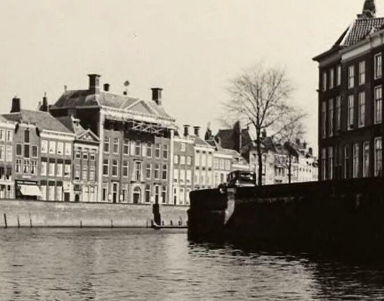 Het Dok in Middelburg, links de Rotterdamse kaai met het in 1940 verwoeste Oost-Indisch huis; opname 1935-1939 (Zeeuws Archief, HTAM-B-0193).