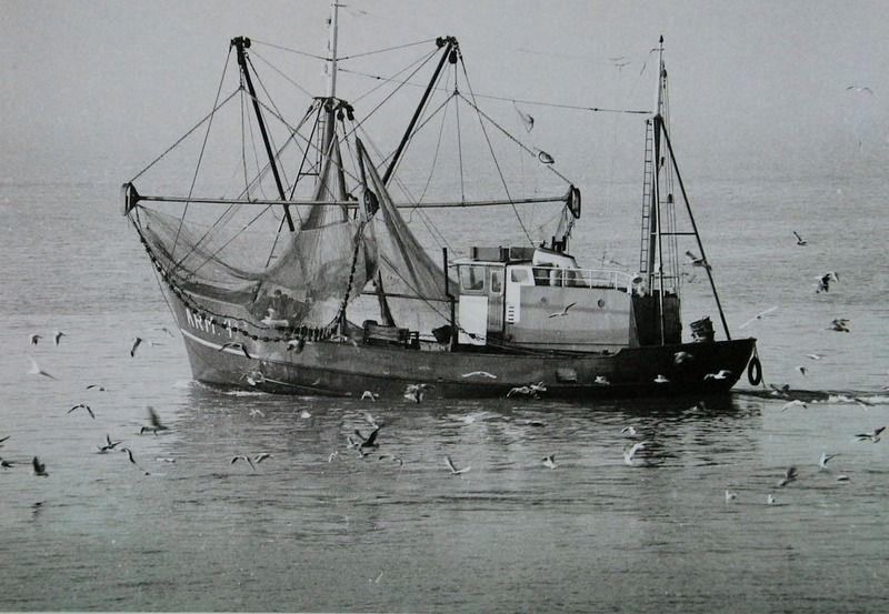 Vissersschip ARM 4 'Jannetje' met opgetrokken netten, circa 1968. (ZB, Beeldbank Zeeland, foto A. van Wyngen)