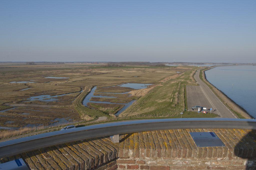 Inlagen en karrenvelden typeren het landschap aan de Schouwse zuidkust. (DNA Beeldbank Laat Zeeland Zien, foto Eddy Westveer)