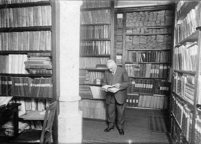 P.D. de Vos in het archief in het stadhuis van Zierikzee, 1929. (Beeldbank Gemeentearchief Schouwen-Duiveland)