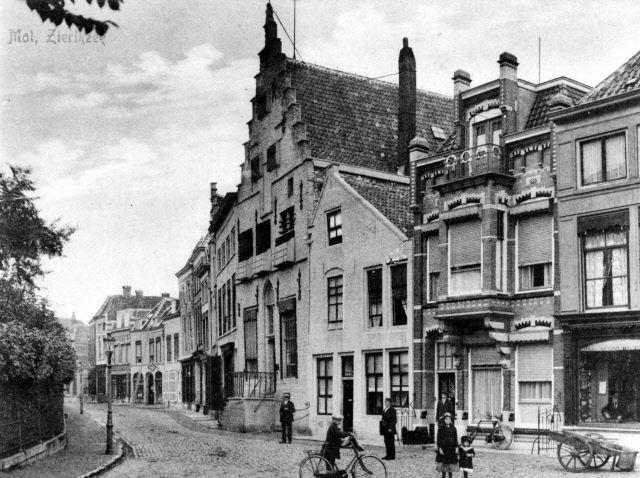 Woonhuis van P.D. de Vos (rechts naast het Gravensteen, het pand met de trapgevel), circa 1915. (Beeldbank Gemeentearchief Schouwen-Duiveland)